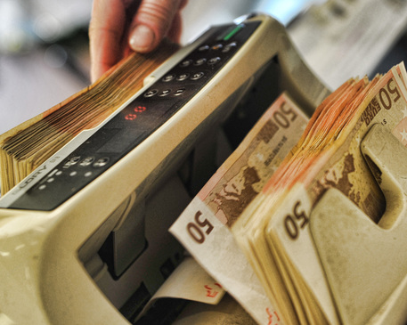 Una macchinetta contabanconote euro in una banca di Pisa, 01 dicembre 2011. ANSA/FRANCO SILVI