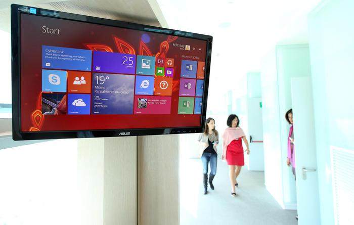 La hall del nuovo Microsoft Technology Center inaugurato il 25 settembre 2014, nella sede italiana dell'azienda a Peschiera Borromeo (Milano). ANSA / MATTEO BAZZI